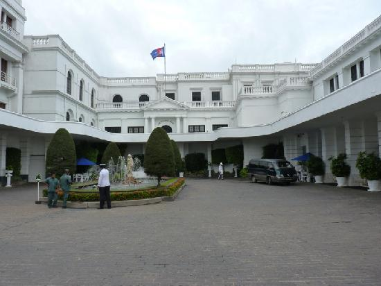 Mount Lavinia Hotel: large courtyard entrance