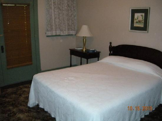 Wildwood Springs Lodge: Our room-no tv, no internet, no phone..loved it!