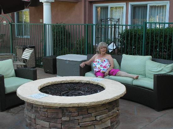 Residence Inn Santa Clarita Valencia: mother chilling by the firepit