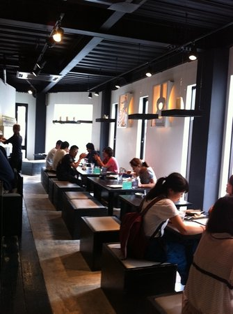 Alohana: nice interior, plain food