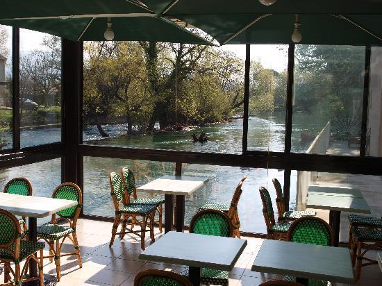 Hotel Cantosorgue : petit déjeuner en bord de Sorgue