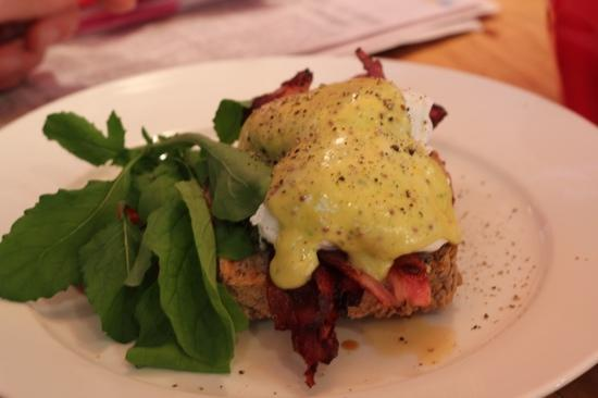 Cafe Gusto : Eggs benedict