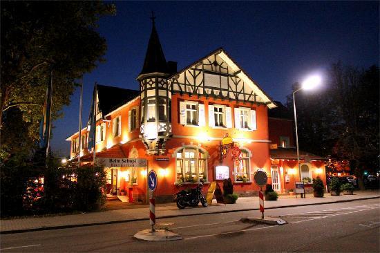 Hotel Beim Schupi: Front of the hotel by night.