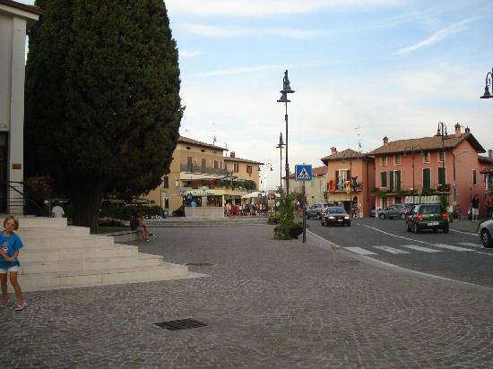 Corte Ferrari: Moniga Square
