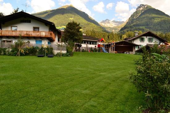 Hotel Ahrntaler Alpenhof: prato con parco giochi per bimbi