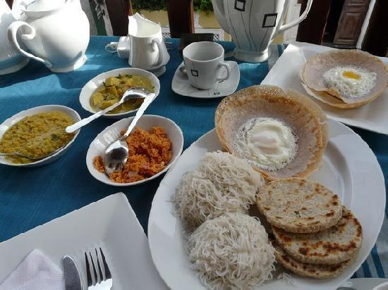 Fort Inn Guest House: Sri Lankan breakfast cooked fresh for us every morning, we ate on the balcony