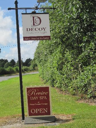 Decoy Country Cottages: sign as you enter the cottage complex
