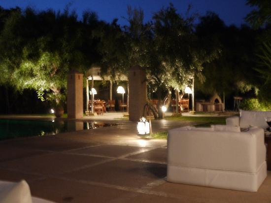Villa Al Assala Palmeraie: Eating area from the poolside settees