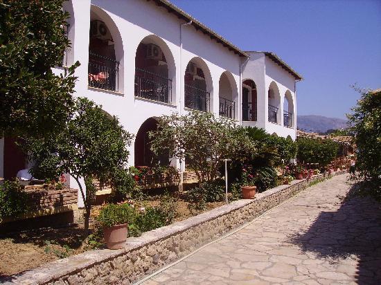 Iliada Beach Hotel : Allée centrale de l'hôtel