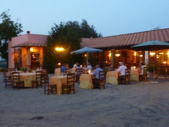 I Calanchi Country Hotel & Restaurant: Terras voor diners en drankjes