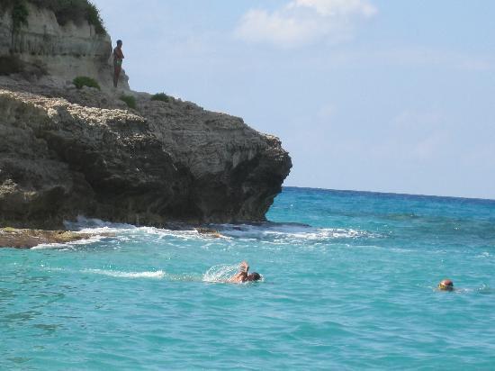 Santuario Santa Maria dell'Isola : Le rocce sottostanti la Chiesa