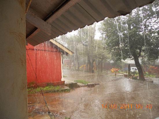 MTDC Holiday Resort Mahabaleshwar: Rain in the morning