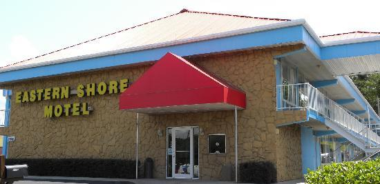 Eastern Shore Motel: Look for the red canopy!