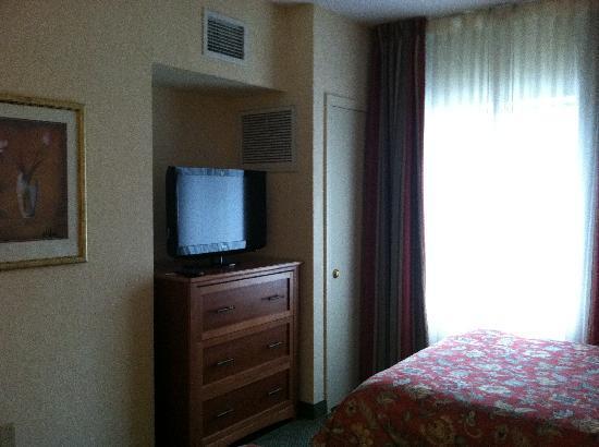 Homewood Suites by Hilton Eatontown : bedroom tv/dresser