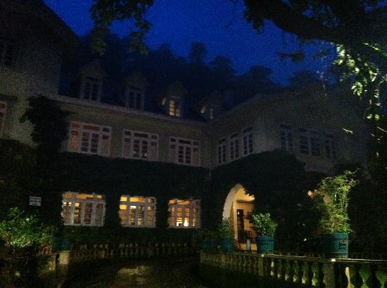 WelcomHeritage Woodville Palace Shimla: at night