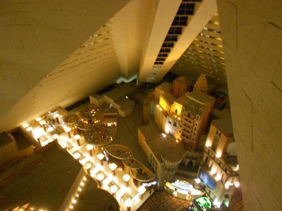 Vista all 39 interno della piramide dal 23esimo piano for Interno 7 cassino