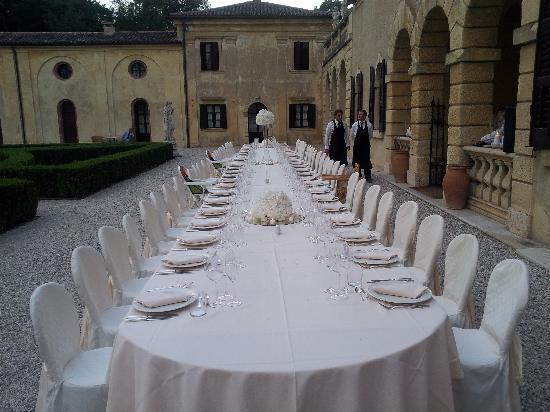 Villa Giona: table setting