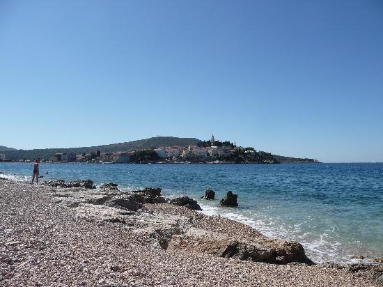 Hotel Zora: Spiaggia di sassi e scogli