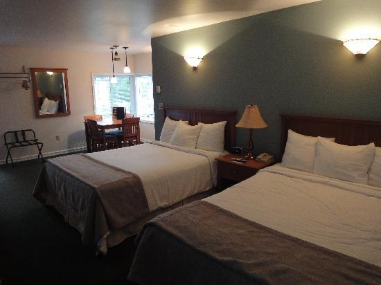 Seaquest Motel: Beds - bathroom is the other side of the wall behind the bedheads