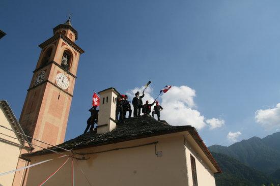 Schoorsteenvegers uit vele landen samen op een dak nabij het museum