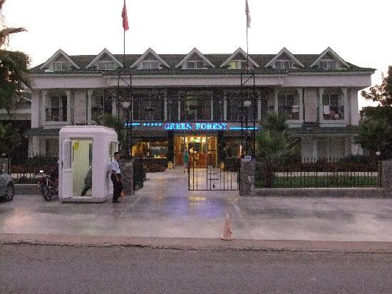 Green Forest Hotel: Front of hotel
