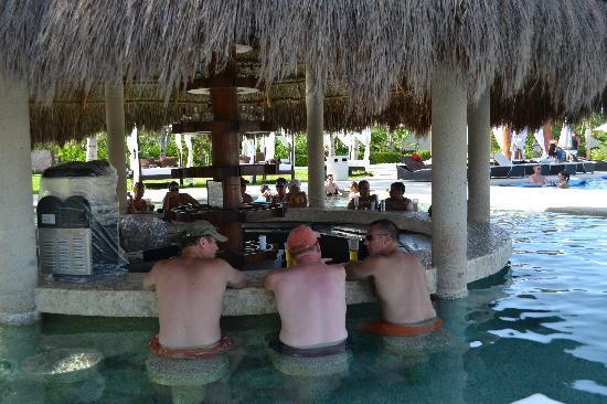 Secrets Maroma Beach Riviera Cancun: Swim up Bar