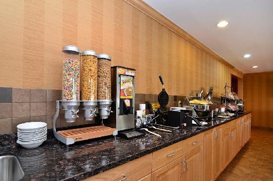 Best Western Plus Country Meadows Inn: Hot Buffet Breakfast