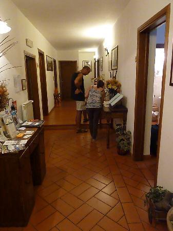 Antica Posta B&B: Hallway leading to the rooms