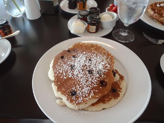 Water Street Restaurant at The Harbor View Hotel: Chocolate chip and Blueberry pancake