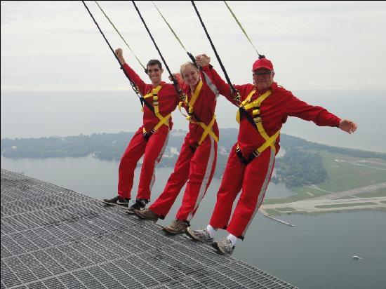 Edge Walk at the CN Tower : 3 lunatics