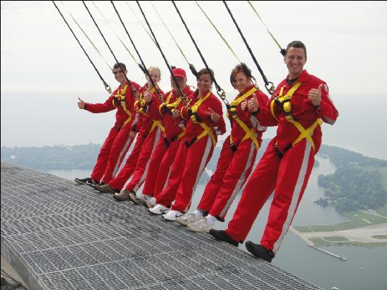 Edge Walk at the CN Tower : the six person group
