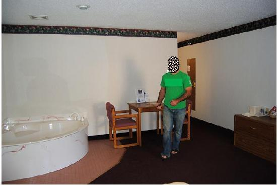 Quality Inn: Inside the first floor hot tub suite