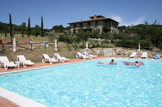 Relais Poggio del Melograno: view house from the swimming pool