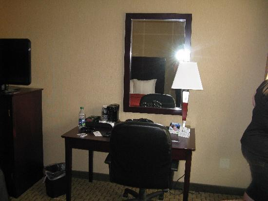 Comfort Inn & Suites: Desk and chair in our room