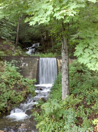 Lake Morey Resort: waterfall at the top of the course