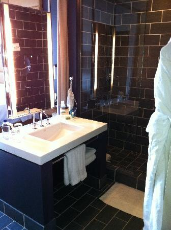 W Dallas Victory Hotel: Bathroom space as you first enter the room