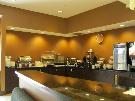 Comfort Suites At WestGate Mall: breakfast