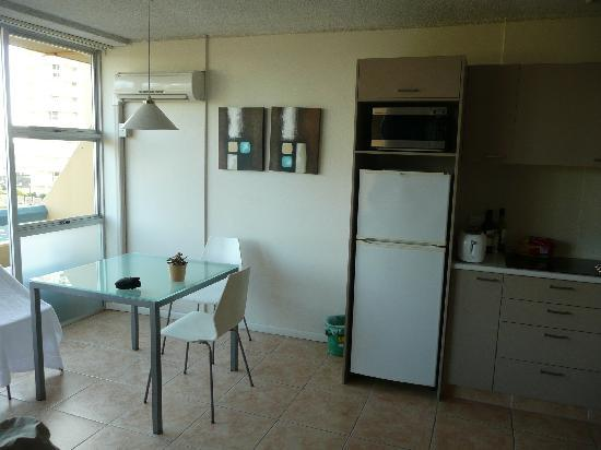 Hi Ho Beach Apartments: Kitchen & Dining Area