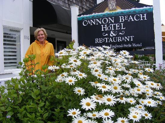 Cannon Beach Hotel: Front of hotel
