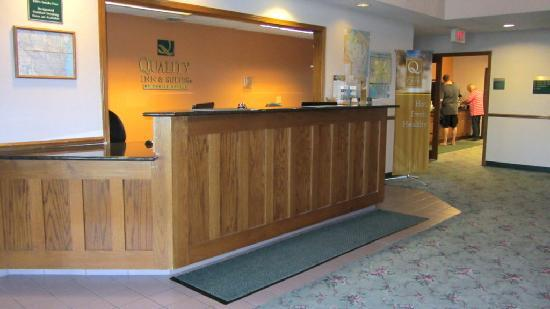 Quality Inn & Suites of Stoughton: Check in desk