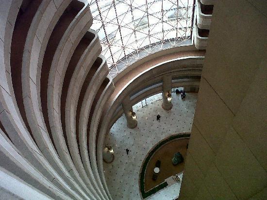 Hotel Santiago: vista desde los pasillos hacia el looby