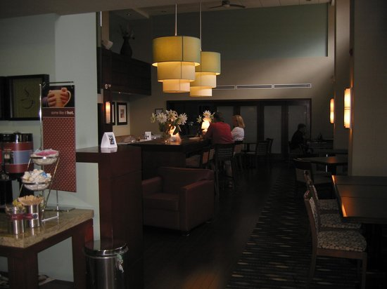 Hampton Inn & Suites by Hilton Brantford, Ontario: coin bar et resto