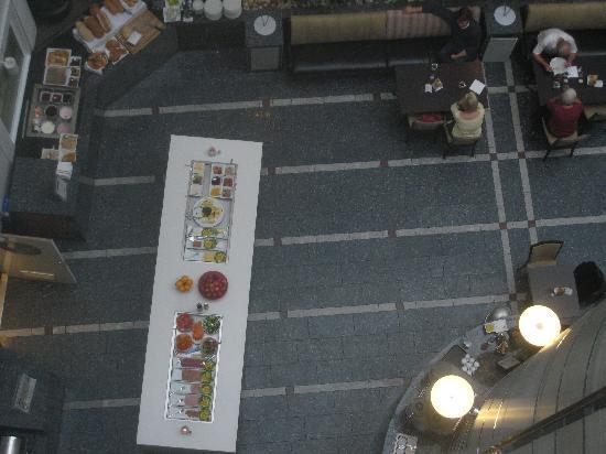 Thon Hotel Cecil: Hotel breakfast buffet in the atrium