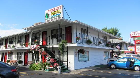 Fitzgeralds Motel: Another view of motel