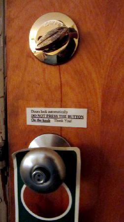 Fitzgeralds Motel: Odd lock and non working deadbolt