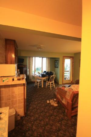 Inn on Gitche Gumee: Dining/Living/Kitchen Area
