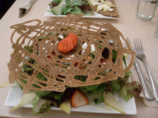 Juliette et chocolat: The signature salad - it was okay (dry buckwheat thing on top)