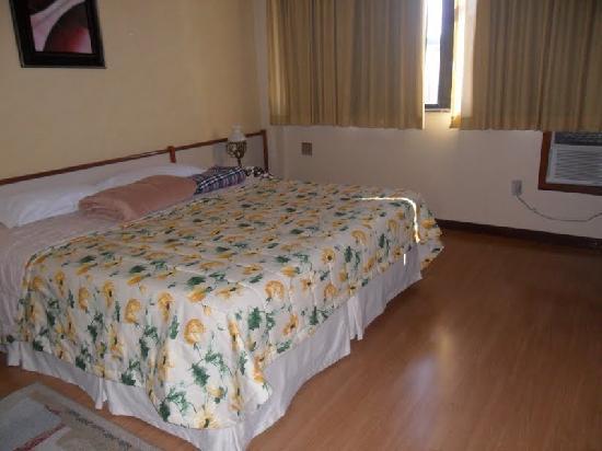 Mengo Palace Hotel: cama espaçosa colchão bom!