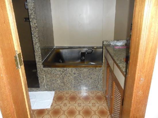 Mengo Palace Hotel: banheiro