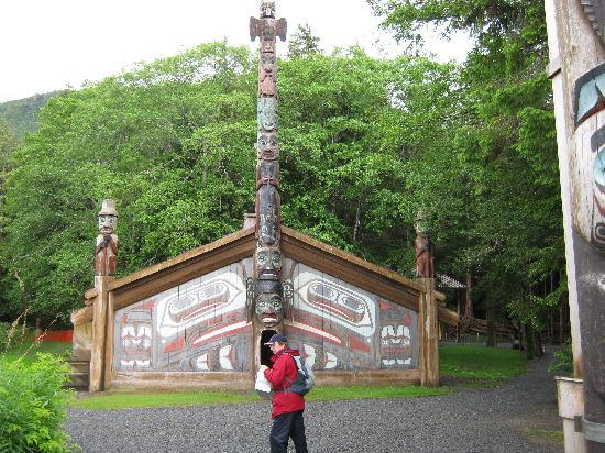 ‪‪Ketchikan‬, ‪Alaska‬: Outside the potlatch house at Totem Bight‬